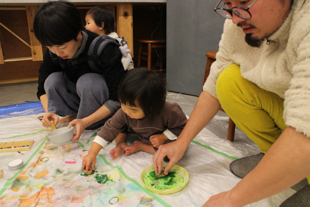 子供と共にクリスマスツリーを描く